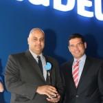مدير عام الشركة يحمل الجائزة