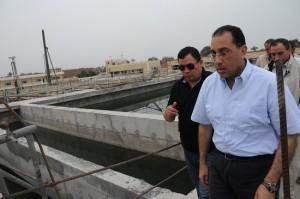وزير الاسكان أثناء افتتاح محطة مياة و صرف صحي بدمياط