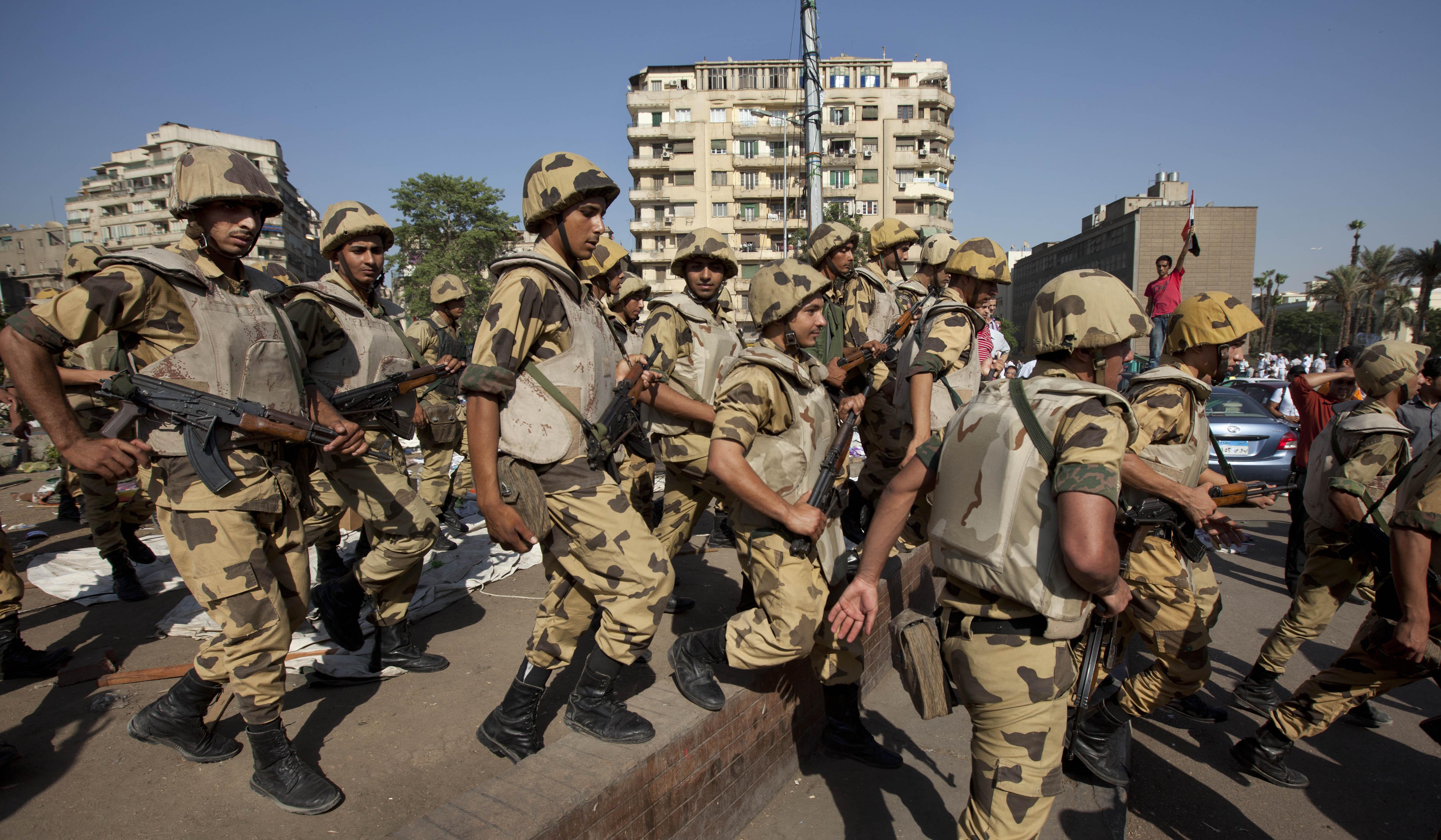 الجيش المصري ينشر وحداتة لتأمين المنشآت