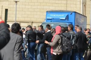مظاهرات الطلاب بجامعة القاهرة وتكسير عربة التليفزيون المصرى