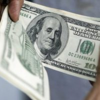 الدولار يهبط بفعل تصريحات يلين مع اشتداد الجدل بشأن تأثير ترامب