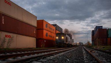 نقل الحاويات بالسكك الحديدية من ميناء دمياط