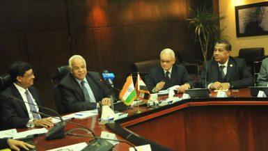 وزير النقل مع السفير الهندى