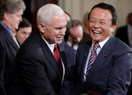 وزير المالية الياباني تارو آسو ونائب الرئيس الأمريكي مايك بنس خلال لقاء في البيت الأبيض يوم 10 فبراير شباط 2017. تصوير: جوشوا روبرتس - رويترز