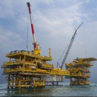 النفط يرتفع الجمعة.. ويسجل أكبر هبوط نصفى منذ 20 عامًا