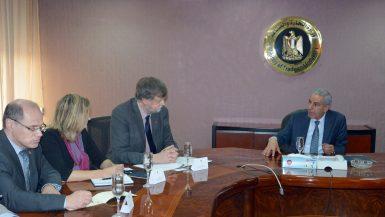 وزير الصناعة مع وفد البنك الدولى