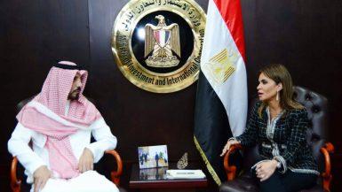 سحر نصر وزيرة الاستثمار مع خالد آل سعود